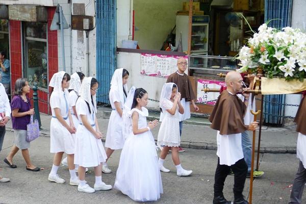 2015年6月14日本校學生初領聖體及領堅振(聖安多尼堂)